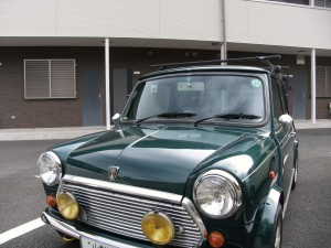 mini in front of apartment